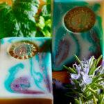 2 weiß-grün-lila marmorierte Seifen mit goldener Sonne und Kräutern