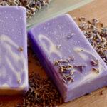 2 lila-weiß marmoriete Seifen mit Lavendelblüten