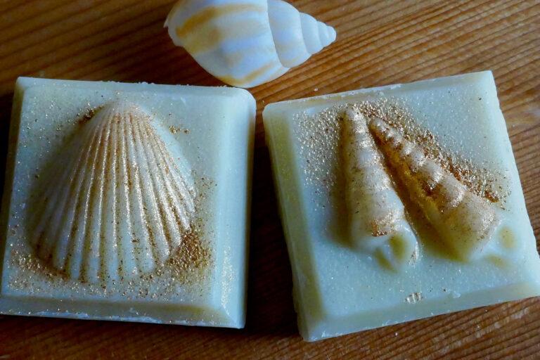 2 Seifen mit Muschelmotiven in gold