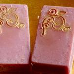2 rote Seifen mit goldener Arabeske