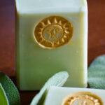 grüne Seife mit goldener Sonne und Kräutern