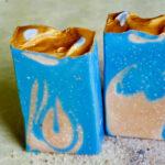 2 blau-rote Seifen mit glodener Seite