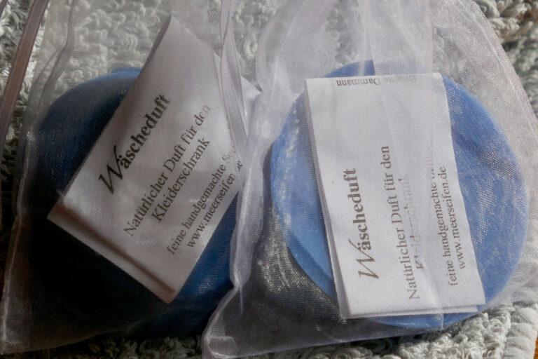 2 blaue Seifen in Organzasäckchen